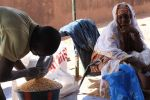 800px-Patiently_waiting_for_food_aid_in_Bamako,_Mali_(8509960593)
